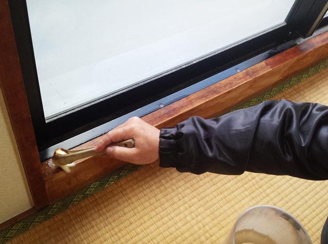木部塗装の仕上げ塗りの施工中です。