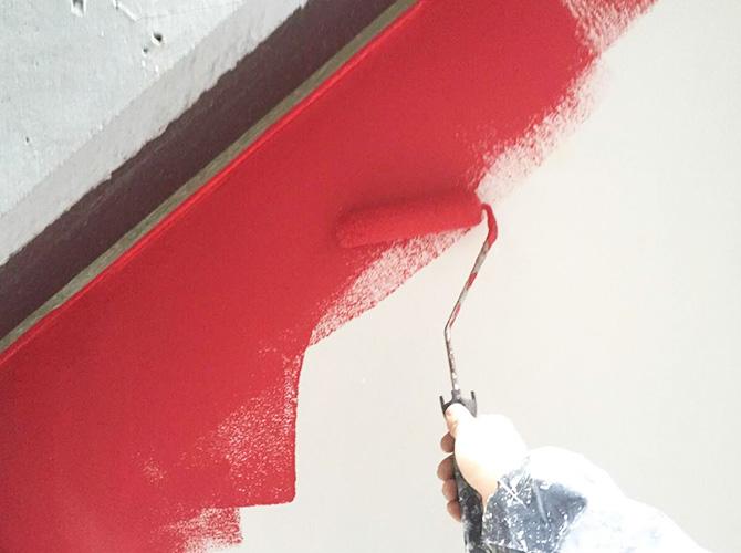 店舗の壁塗装中のようすです。