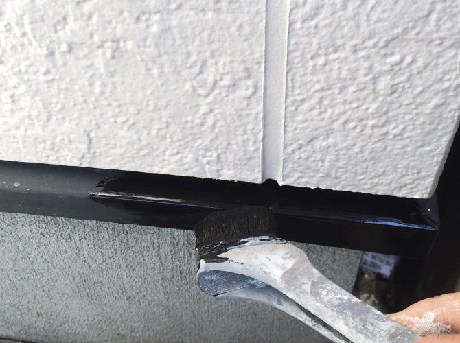 水切りなどの付帯部もしっかり塗装していきます。