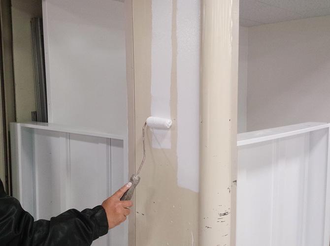 鉄部塗装の下塗り施工中のようすです。