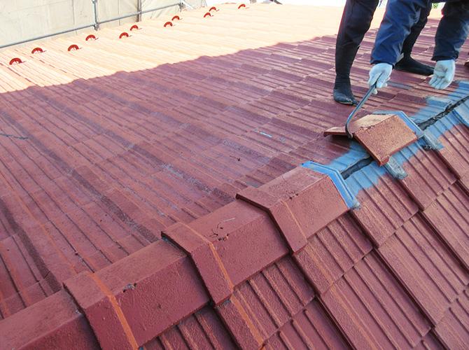 瓦屋根を撤去して新しい屋根材に交換する工事です。