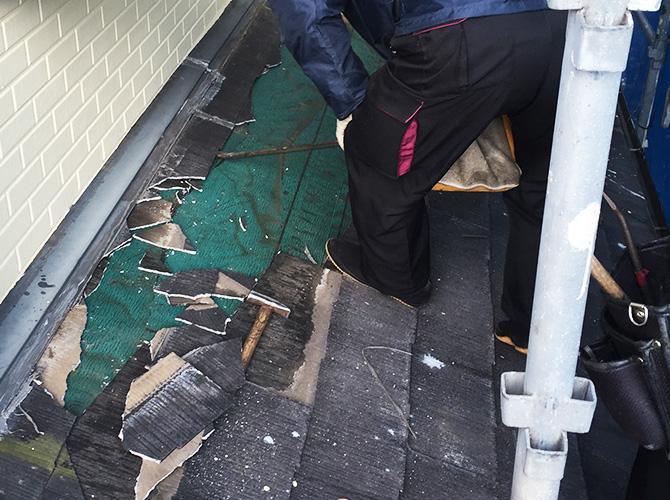 既存屋根材の撤去中のようすです。