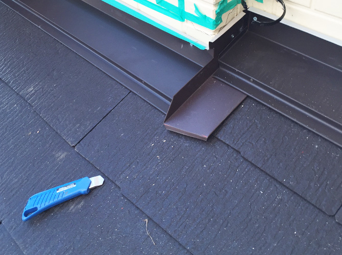 新しい屋根材の設置中のようすです。