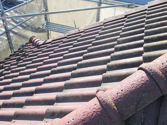 葺き替え工事前の瓦屋根の状態です。