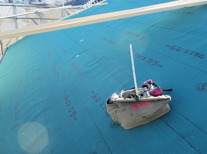 下地の上に防水シートを設置していきます。