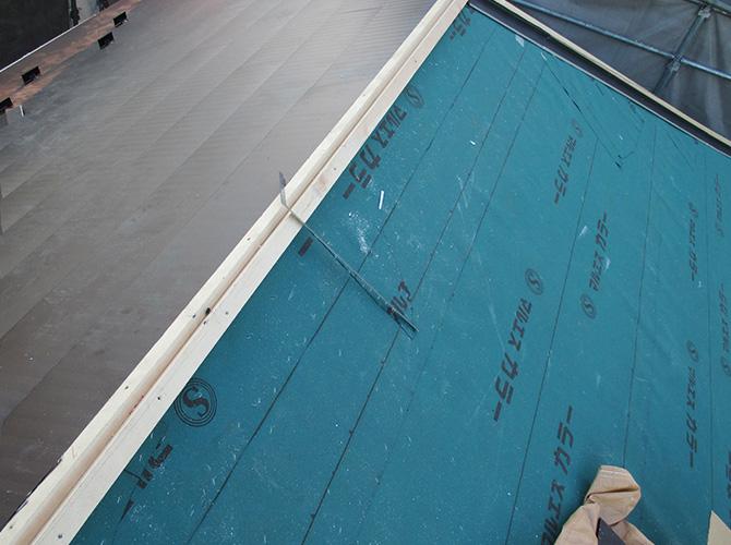 新しい屋根材を設置していきます。