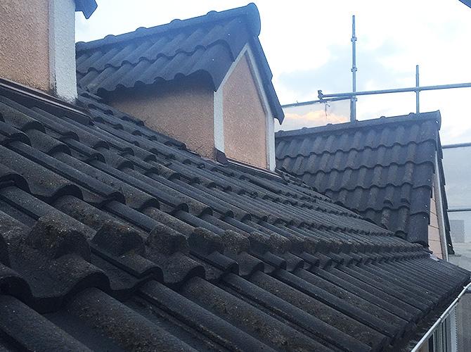 瓦屋根の葺き替え工事前のようすです。