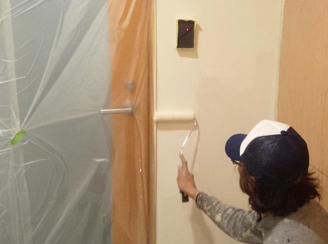 内壁の狭い個所もしっかりと塗装していきます。