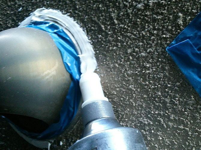 換気フード周りにシーリング材を打ち込みます。