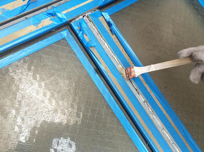 シーリング材を打ち込む前に接着剤を塗ります。