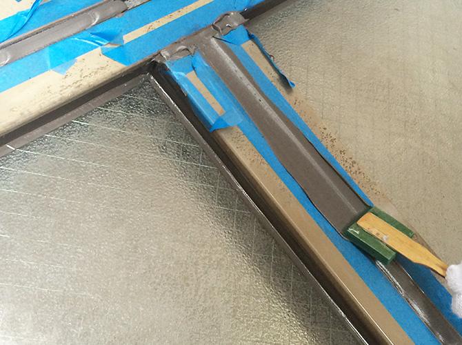 シーリング材を均一にする重要な工程です。