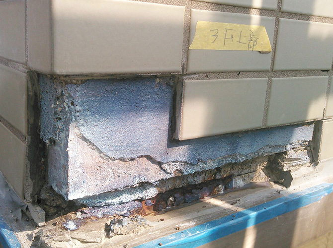 外壁タイルの補修中のようすです。