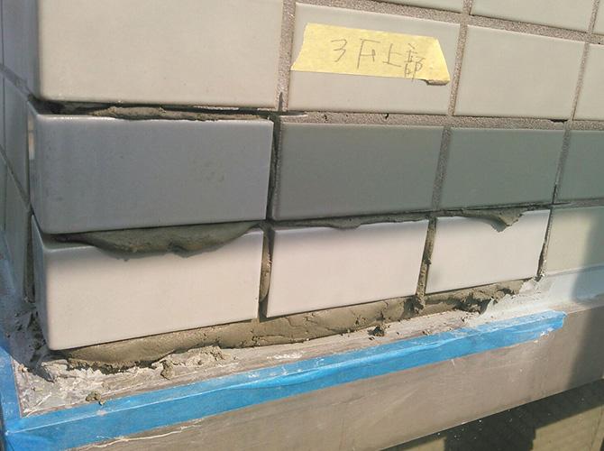 モルタルの上からタイルを敷き詰めていきます。