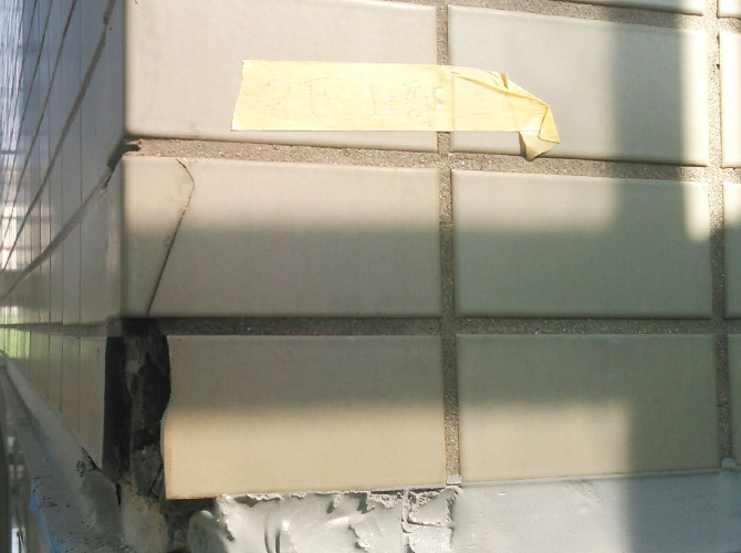 外壁タイルにひび割れが入っている状態です。