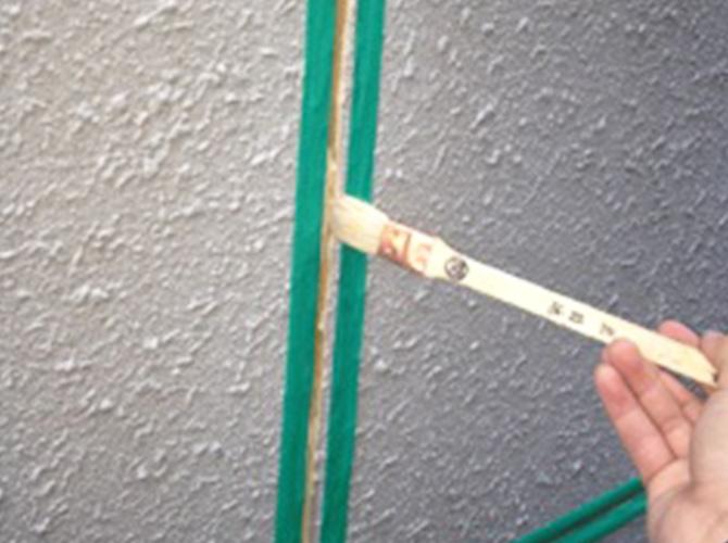 外壁のコーキング施工中です。