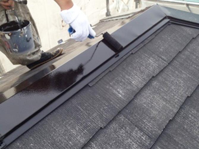 屋根の鉄部錆止め施工中です。