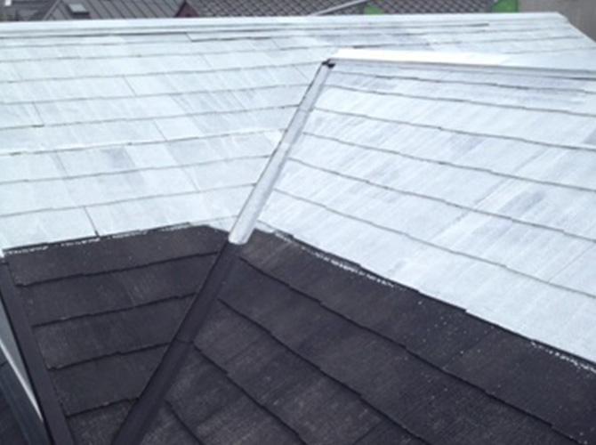 屋根の下塗り施工中です。