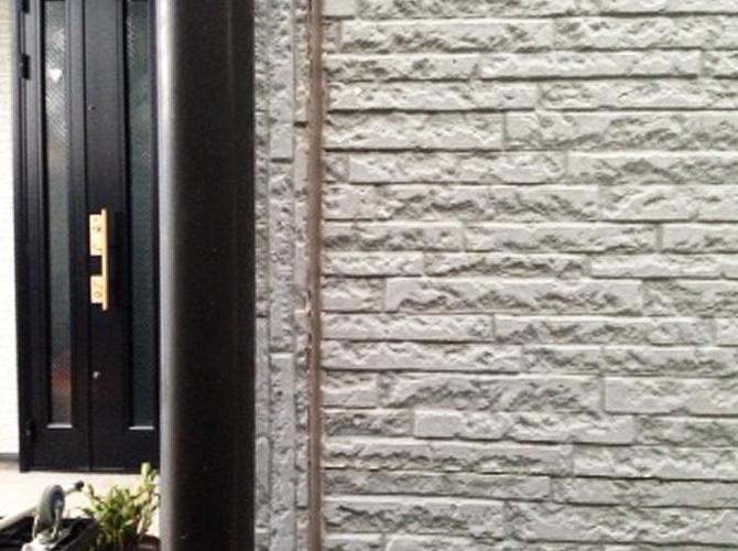 外壁目地部分のシール補修前の状態です。