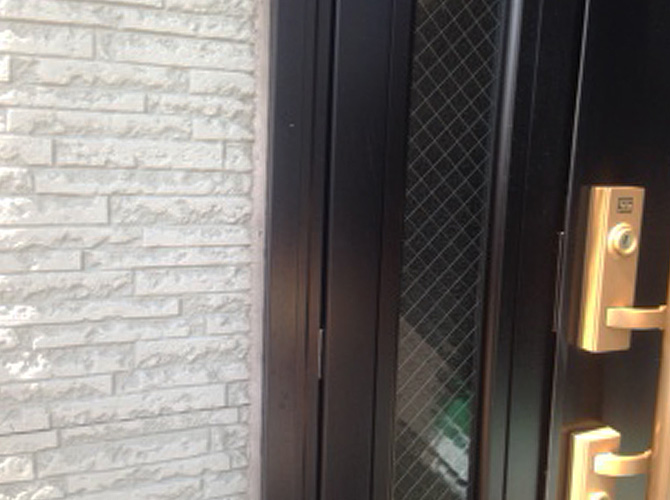 ドア廻りのシーリング施工前の状態です。