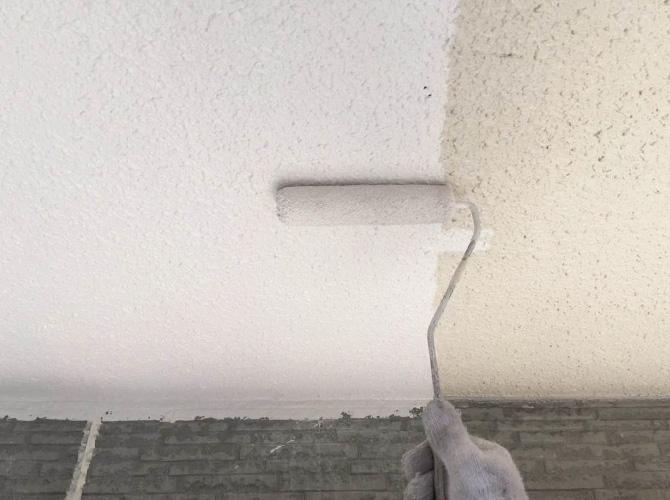 軒天井の中塗り施工中のようすです。