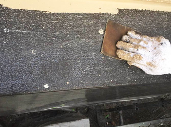 庇の塗装前のケレン清掃中のようすです。