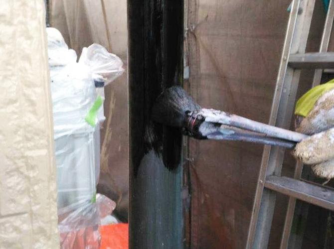 雨樋の中塗り施工中のようすです。