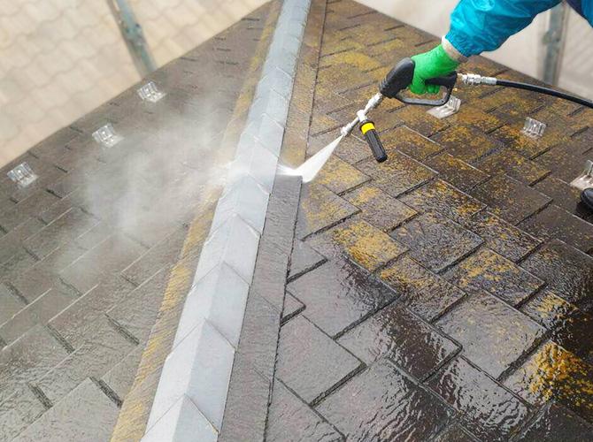 屋根の高圧洗浄施工中