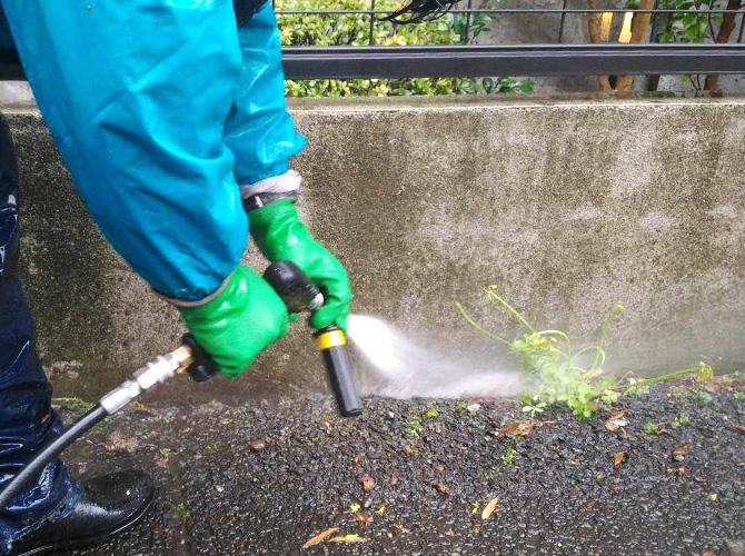 高圧洗浄で汚れを落としていきます。