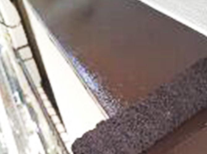 鉄部塗装の上塗り施工中のようすです。