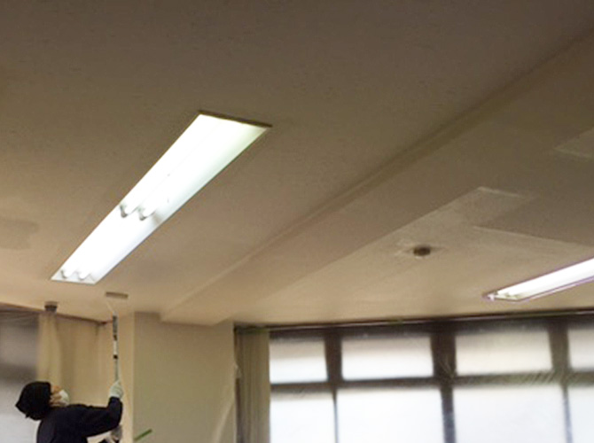 内装塗装工事(天井塗装)の下塗り施工中のようすです。