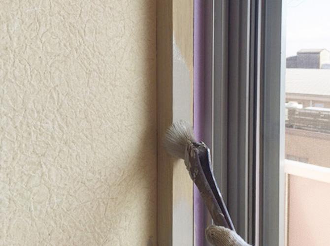 木部を刷毛で丁寧に塗装していきます。