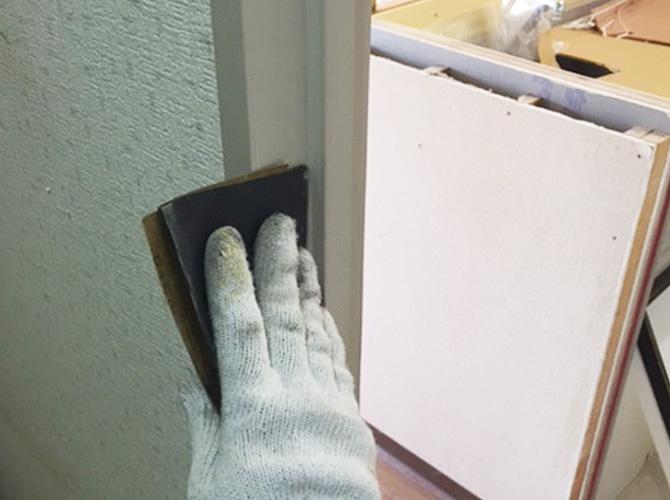 塗装前にケレン清掃で表面を整えます。