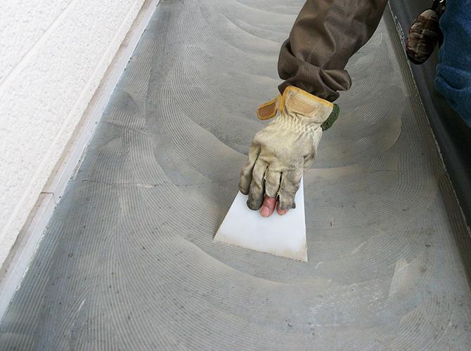 長尺シートと床面をしっかりと張り付けます。