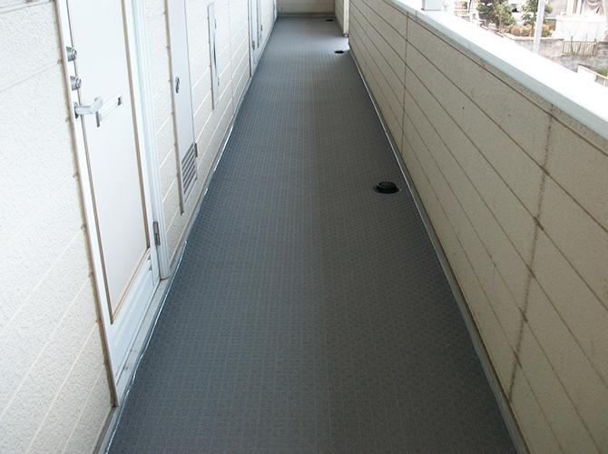 共用廊下の長尺シート工事施工完了後です。