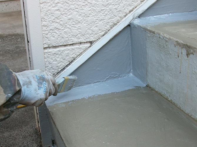 シートを張らない箇所の防水材塗布中です。