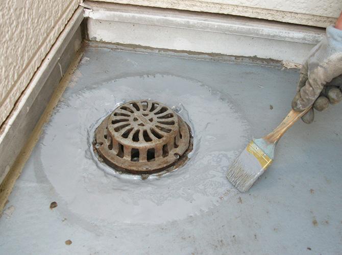 ドレン廻りもしっかりと防水材を塗布します。
