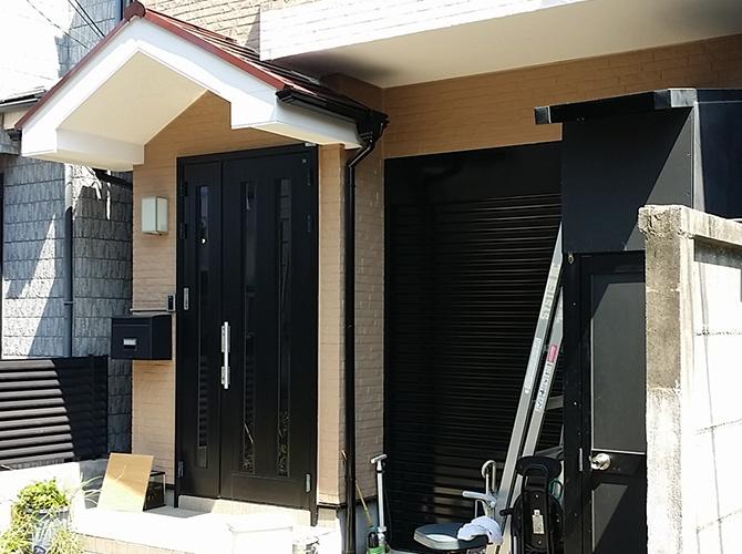 玄関まわりの塗装完了後です。