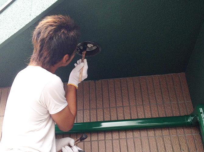 ライト部分の補修塗装施工中です。