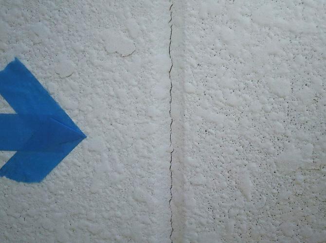 外壁目地のひび割れ個所です。