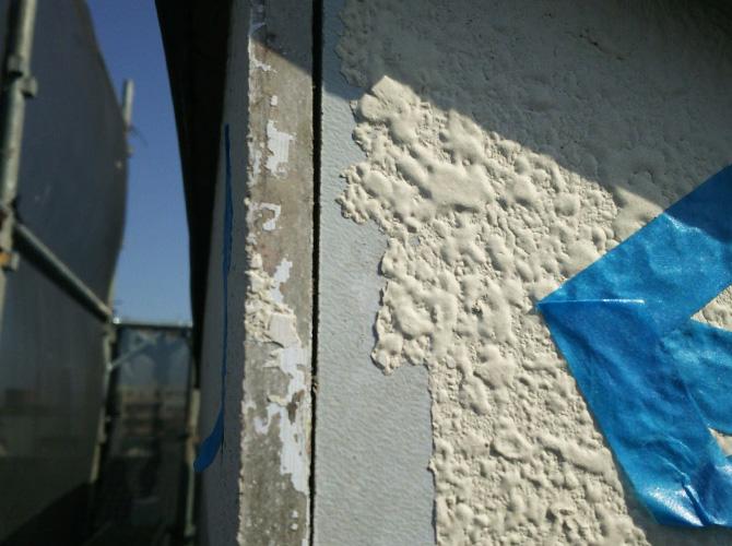 外壁の繋ぎ目部分の補修前の状態です。