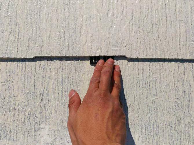 屋根下塗り後のタスペーサーの設置中のようすです。