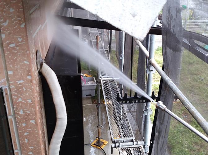 外壁の汚れを高圧洗浄で落とします。