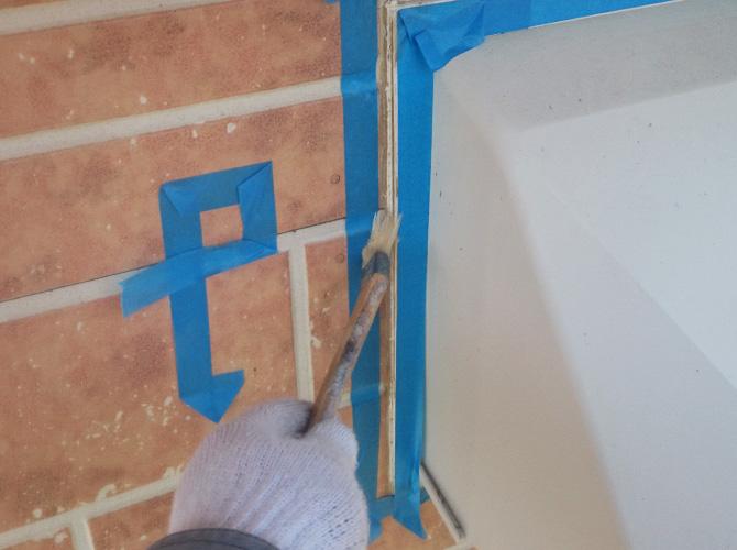 プライマーを塗ることで密着性を高めます。