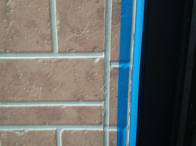 外壁目地部分のコーキング補修前の状態です。