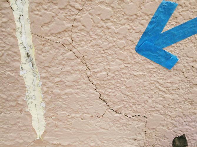 外壁のひび割れ補修前の状態です。
