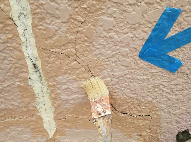 ひび割れ個所にプライマーを塗ります。