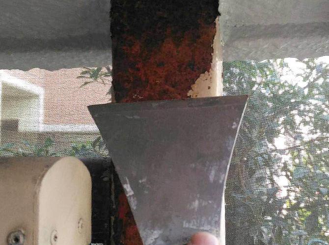 鉄部塗装はサビを落としてから塗装していきます。