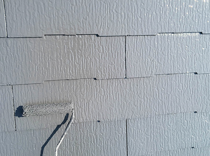 屋根塗装の上塗り施工中のようすです。
