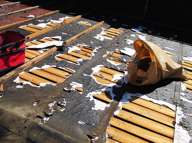 屋根材や防水シートの撤去中のようすです。