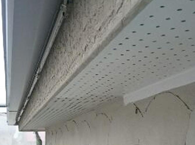 軒天井の塗装中のようすです。
